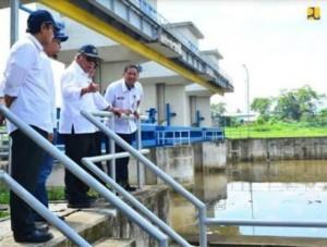 Menteri PUPR saat meninjau Bendung Copong di Garut.