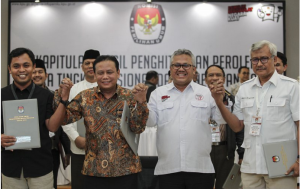 The General Elections Commission (KPU) and The Elections Supervisory Agency (Bawaslu) commissioners take a photo after officially announcing the results of presidential and legislative elections at the KPU office, Central Jakarta, Tuesday (21/5. (Photo by: ANT)