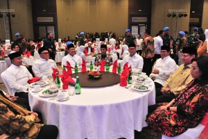 President Jokowi, accompanied by a number of ministers, attends iftar dinner hosted by the Indonesian Chamber of Commerce and Industry (Kadin), at Sultan Hotel Jakarta, Friday (24/5). (Photo by: Jay/ PR).