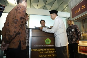 Minister of Religious Affairs Lukman Hakim Saifuddin inspects hajj and umrah services counter, at Soekarno-Hatta International Airport, Cengkareng, Sunday (26/50. (Photo by: Ministry of Religious Affairs PR).