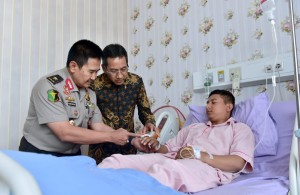 Head of Presidential Secretariat visits Police officers at Kramat Jati Police Hospital, Tuesday (28/5). (Photo by: BPMI)