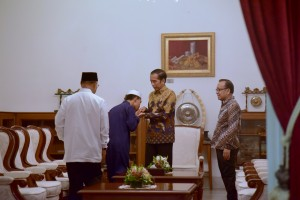 Syamsuri, the first winner of International Quran Recital Competition (MTQ) in Turkey, shakes President Jokowi's hand at the Merdeka Palace, Jakarta, Tuesday (28/5). (Photo by: PR/Oji)