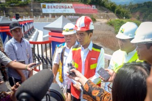 President Jokowi responds to reporters' questions after inaugurating Gondang Dam, in Central Java, Thursday (2/1). (Phooto by: Agung/PR)