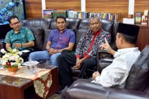 Tiga Kepala Desa yang akan mengikuti the 8th ASEAN Plus Three Village Leaders Exchange Programme diterima Sekjen Kemendesa PDTT Anwar Sanusi di kantor Kemendesa PDTT, Jakarta, sebelum berangkat ke Yunan, RRT, Jumat (3/5). (Foto: Humas Kemendesa PDTT)