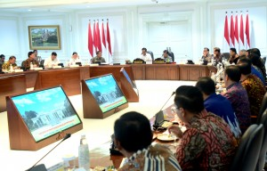 President Jokowi accompanied by Vice President Jusuf Kalla leads a Limited Meeting on the Preparation ahead of Eid Day 2019, at the Presidential Office, Jakarta, on Friday (3/5). (Photo: Rahmat/PR)