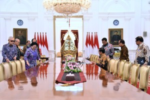 President Jokowi accompanied by a number of ministers receives the BPIP Steering Committee, at the Merdeka Palace, Jakarta, Thursday (9/5). (Photo by: OJI/PR)
