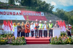 President Jokowi accompanied by a number of officials inaugurates Gondang Dam located in Karanganyar Regency, Central Java, Thursday (2/5). (Photo by: Agung/PR)