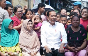President Jokowi chats with residents in Johor Baru District, Central Jakarta, Tuesday (21/5). (Photo: Setpres)