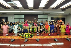 Pembina DWP Setkab Hani Pramono Anung didampingi Waseskab Ratih Nurdiati berfoto bersama jajaran pengurus DWP Setkab dan penerima bingkinan Lebaran, di ruang rapat Gedung III Kemensetneg, Jakarta, Rabu (29/5) pagi. (Foto: JAY/Humas)