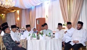 Presiden Jokowi didampingi Wakil Presiden Jusuf Kalla dan pimpinan lembaga negara menghadiri buka puasa bersama Ketua DPR, di Jakarta, Senin (13/5) petang. (Foto: Setpres)