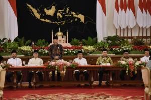 Presiden Jokowi menyampaikan sambutan pada Buka Puasa Bersama dengan Pimpinan Lembaga Negara, di Istana Negara, Jakarta, Senin (6/5) petang. (Foto: OJI/Humas)