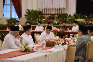 Seskab Pramono Anung berbincang dengan Wakil Ketua DPR RI Fahri Hamzah saat menghadiri buka puasa bersama Presiden dengan Pimpinan Lembaga Negara, di Istana Negara, Jakarta, Senin (6/5) petang. (Foto: OJI/Humas)