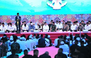 President Jokowi delivers remarks during Iftar dinner with family members of the TNI/ Polri and the public at the National Monument (Monas) area, Jakarta, Thursday (16/5). (Photo: Rahmat/PR)