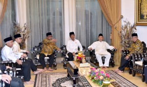 President Jokowi is engaged in a conversation with Speaker of the Regional Representatives Council Oesman Sapta and the 9th Indonesian Vice President Hamzah Haz during iftar dinner in Jakarta, Wednesday (15/5). Photo by: Presidential Secretariat.