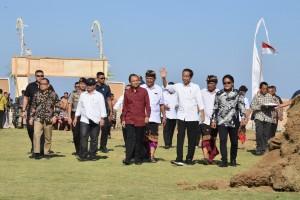 Presiden Jokowi mengunjungi Desa Kutuh, di Kuta Selatan, Bali, Jumat (17/5) siang. (Foto: OJI/Humas)