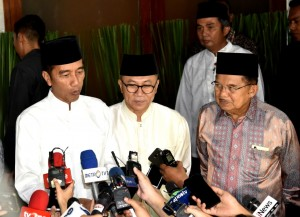 President Jokowi accompanied by Speaker of the People's Consultative Assembly (MPR) and Vice President answers reporters' questions after attending Iftar Dinner at MPR Speaker's residence, Jakarta, Friday (11/5). (Photo: Setpres)