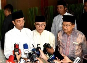 Presiden Jokowi didampingi Ketua MPR dan Wakil Presiden menjawab wartawan usai mengikuti buka bersama di rumah dinas Ketua MPR, Jakarta, Jumat (11/5) malam. (Foto: Setpres)
