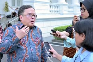 Menteri PPN/Kepala Bappenas Bambang Brodjonegoro menjawab wartawan usai mengikuti rapat terbatas, di Istana Merdeka, Jakarta, Kamis (16/5) sore. (Foto: AGUNG/Humas)