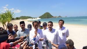 Presiden Jokowi menjawab wartawan saat mengunjungi KEK Mandalika, di Kab. Lombok Tengah, NTB, Jumat (17/5) siang. (Foto: Deny S/Humas)