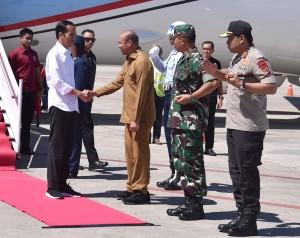Presiden Jokowi disambut Gubernur NTT Viktor Laiskodat di Bandara El Tari, Kupang, saat akan berkunjung ke Belu, NTT, Senin (20/5) siang. (Foto: Setpres)