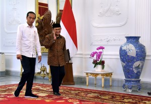 President Jokowi welcomes the 3rd President of the Republic of Indonesia Baharuddin Jusuf Habibie at the Merdeka Palace, Jakarta, Friday (25/5). Photo by: Agung/PR.