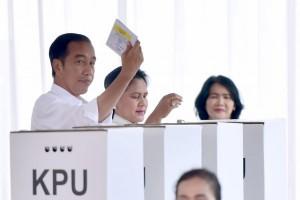 Presiden Jokowi saat memilih di TPS daerah Gambir, Jakarta.