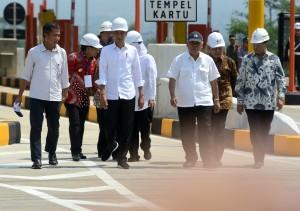 Presiden Jokowi didampingi sejumlah pejabat menuju lokasi peresmian Jalan Tol Pandaan - Malang, di Gerbang Tol Singosari, Malang, Jatim, Senin (13/5) siang. (Foto: Rahmat/Humas)