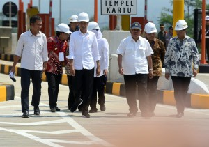 President Jokowi accompanied by a number of high-ranking officials inspects Pandaan-Malang Toll Road project, at Singosari Toll Gate, Malang, East Java, Monday (13/5). (Photo: Rahmat/PR)