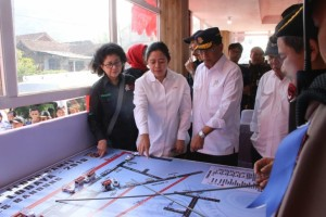 Menko PMK Puan Maharani didampingi Menhub, Menkes, dan Menteri PUPR meninjau jalur Selatan Jawa di Nagrek, Jawa Barat, Rabu (29/5). (Foto: Humas Kemenko PMK)