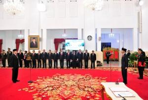 Presiden Jokowi melantik Hinsar Siburian sebagai Kepala BSSN, di Istana Negara, Jakarta, Selasa (21/5) siang. (Foto: JAY/Humas)