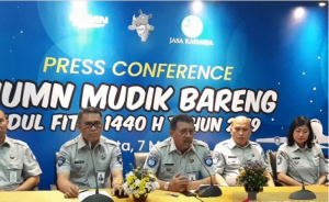 Dirut PT Jasa Raharja (Persero) Budi Rahardjo menyampaikan keterangan pers program Mudik Bareng BUMN 2019, di Jakarta, Selasa (7/5) siang. (Foto: Antara)
