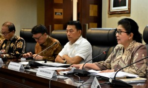 Presidential Chief of Staff Moeldoko, accompanied by Home Affairs Minister and Health Minister, delivers press conference at Bina Graha Building, Jakarta, Tuesday (14/5). (Photo: PR of KSP)