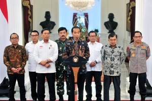 President Jokowi accompanied by Vice President Jusuf Kalla and officials on the press statement at Merdeka Palace, Jakarta, Wednesday (22/5). (Photo by: Jay/PR).