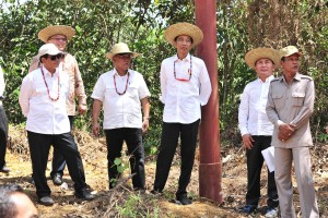 President Jokowi and his entourage inspect Gunung Mas Regency, Central Kalimantan, Wednesday (8/5). (Photo by: Jay/PR).