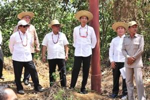 Presiden Jokowi didampingi sejumlah pejabat meninjau salah satu lokasi alternatif pengganti ibukota RI, di Kab. Gunung Mas, Kalteng, Rabu (8/5) siang. (Foto: JAY/Humas)