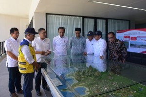 Presiden Jokowi didampingi Seskab dan Menteri PUPR memperhatikan maket pengembangan Mandalika yang akan menjadi lokasi MotoGP 2021, di Kab. Lombok Tengah, NTB, Jumat (17/5) siang. (Foto: Deny S/Humas)