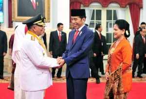 President Jokowi shakes hands with Governor of North Maluku Abdul Gani Kasuba after inauguration ceremony at the State Palace, Jakarta, Friday (10/5). Photo by: Jay/PR.