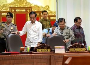 Presiden Jokowi didampingi Wakil Presiden Jusuf Kalla bersiap memimpin rapat terbatas, di Kantor Presiden, Jakarta, Jumat (3/5) pagi. (Foto: Rahmat/Humas)