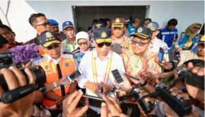 Menhub Budi K. Sumadi menjawab wartawan usai meninjau Gerbang Tol Brebes, di Kab. Brebes, Jateng, Minggu 19/5). (Foto: Humas Kemenhub)