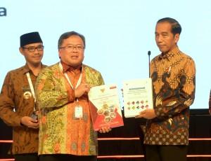 Presiden Jokowi mengangkat buku RPJMN 2020-2024 yang diberikan oleh Menteri PPN/Kepal Bappenas usai membuka Musrenbangnas 2019, di Shangri-La, Kota BNI, Jakarta Pusat, Kamis (9/5) pagi. (Foto: Rahmat/Humas)