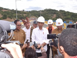 President Jokowi answers questions from reporters after inaugurating Rotiklot Dam, in Fatuketi Village, Belu Regency, East Nusa Tenggara, Monday (20/5). (Photo: Setpres)