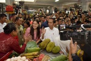Presiden Jokowi berdialog dengan pedagang saat mengunjungi Pasar Badung, di Jalan Sulawesi, Dangin Puri Kangin, Kecamatan Denpasar, Kota Denpasar, Sabtu (18/5) pagi. (Foto: OJI/Humas)