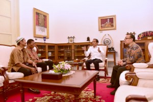 Abdul Rajab and Ismail, street vendors whose kiosks were looted during the riot on 22 May 2019, meet President Jokowi at Merdeka Palace, Jakarta, Friday (22/5). (Photo: Presidential Secretariat)