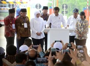 Gubernur Jatim Khofifah Indar Parawansa mendampingi Presiden Jokowi menandatangani prasasti peresmian Tol Pandaan-Malang, di Gerbang Tol Singosari, Malang, Jatim, Senin (13/5) siang. (Foto: Rahmat/Humas)