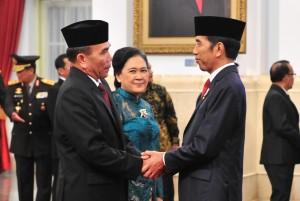 Presiden Jokowi menyampaikan ucapan selamat kepada Hinsa Siburian yang baru dilantiknya sebagai Kepala BSSN, di Istana Negara, Jakarta, Selasa (21/5) malam. (Foto: JAY/Humas)