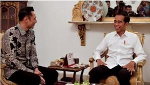 Presiden Jokowi dan AHY sama-sama tersenyum saat bertemu di Istana Merdeka, Jakarta, Kamis (2/5) sore. (Foto: Twiter @jokowi)