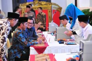 Presiden Jokowi didampingi Menag dan Seskab menyerahkan zakat kepada BAZNAS 2019, di Istana Negara, Jakarta, Kamis (16/5) siang. (Foto: JAY/Humas)