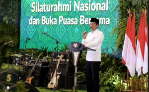 Presiden Jokowi menyampaikan sambutan pada Silaturahmi Nasional Himpunan Pengusaha Muda Indonesia (HIPMI), di Hotel Ritz Carlton, Jakarta, Minggu (26/5) malam. (Foto: Setpres)