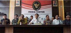 Coordinating Minister for Political, Legal and Security Affairs Wiranto accompanied by TNI Commander Hadi Tjahjanto, Polri Chief General Tito Karnavian, and Mahfud MD at a press conference, Jakarta, Tuesday (28/5). (Photo by: Ministry for Political, Legal and Security Affairs PR).