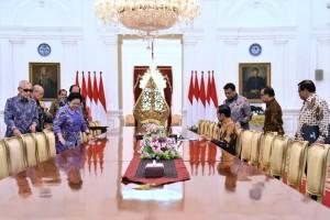Presiden Jokowi didampingi sejumlah menteri menerima Dewan Pengarah BPIP yang dipimpin oleh Megawati Soekarnoputri, di Istana Merdeka, Jakarta, Kamis (9/5) siang. (Foto: OJI/Humas)